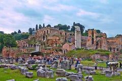 Uma vista de Roman Forum que é o fórum o mais importante em Roma antiga foto de stock