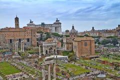 Uma vista de Roman Forum imagens de stock royalty free