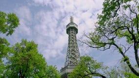 Uma vista de uma torre da telecomunicação entre árvores imagem de stock