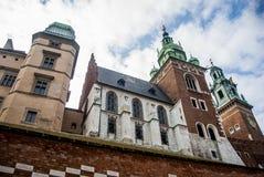 Uma vista de um castelo de Wawel com jardins e cathedra, Cracow Foto de Stock Royalty Free