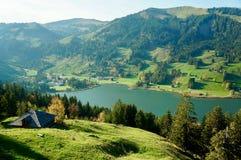 Uma vista de um lago bonito da montanha fotografia de stock