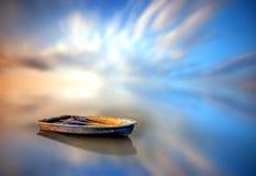 uma vista de um lago com um fundo do por do sol Imagens de Stock