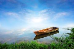 uma vista de um lago com um fundo do por do sol Fotos de Stock Royalty Free