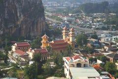Uma vista de um templo budista Thanh That Trung Son nas montanhas de mármore Da Nang, Vietname Imagem de Stock Royalty Free