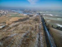 Uma vista de um zangão em uma linha railway em um campo No backgro Foto de Stock Royalty Free