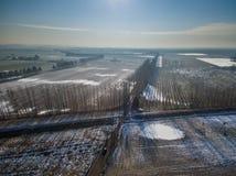 Uma vista de um zangão em uma linha railway em um campo No backgro Imagens de Stock Royalty Free