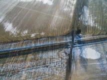 Uma vista de um zangão em uma linha railway em um campo No backgro Fotografia de Stock Royalty Free