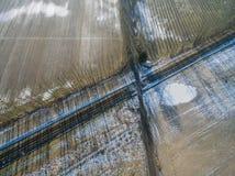Uma vista de um zangão em uma linha railway em um campo No backgro Fotos de Stock