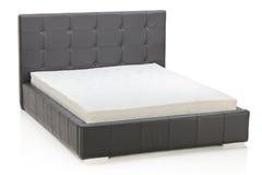 Uma vista de uma cama moderna Fotos de Stock