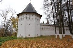 Uma vista de uma do monastério de Savvino-Storozhevsky das torres, Rússia Imagens de Stock Royalty Free