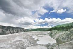 Uma vista de uma estrada em Mammoth Hot Springs Fotos de Stock Royalty Free