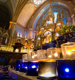 Velas da oração e o altar imagens de stock