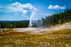 Uma vista distante do geyser de Lone Star, parque nacional de Yellowstone fotografia de stock