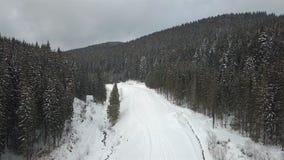 Uma vista do ar à estrada da montanha, que foi coberta com a neve video estoque