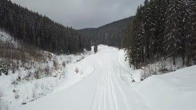 Uma vista do ar à estrada da montanha, que foi coberta com a neve vídeos de arquivo