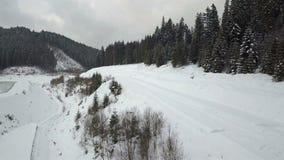 Uma vista do ar à estrada da montanha, que foi coberta com a neve filme