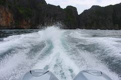 Uma vista do barco às montanhas imagem de stock