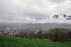 Uma vista do dal da vila de Zakopane no fundo das montanhas de Tatra, Zakopane, Polônia fotos de stock