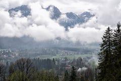 Uma vista do dal da vila de Zakopane no fundo das montanhas de Tatra, Zakopane, Polônia imagem de stock