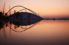 Uma vista do Estádio Olímpico moderno que reflete na água em Atenas, Grécia fotografia de stock royalty free
