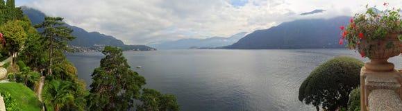 Uma vista do lago Como do balc?o em Casa de campo del Balbianello imagens de stock