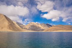 Uma vista do lago Pangong em Ladakh Lago Pangong ou Tso de Pangong é um dos lagos os mais altos da água salgada do mundo fotos de stock