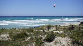 Uma vista do mar azul bonito em um dia do céu azul em Minorca Fotos de Stock