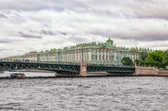 Uma vista do ônibus do rio no rio de Neva A ponte do palácio de Dvortsovy e o eremitério Fotografia de Stock Royalty Free