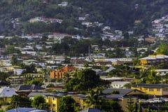 Uma vista do pequeno vale apenas fora densamente povoado de mais estrada dos cocos, Trinidad fotos de stock