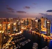 Uma vista do porto de Dubai, no crepúsculo, igualmente mostrando JBH Foto de Stock Royalty Free