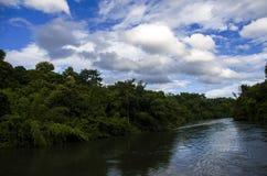 Uma vista do rio Kwai Noi On Blue Sky, Kanchanaburi Tailândia - 4 de julho de 2018 Fotos de Stock