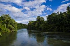 Uma vista do rio Kwai Noi On Blue Sky, Kanchanaburi Tailândia - 4 de julho de 2018 Imagem de Stock Royalty Free