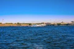 Uma vista do rio Neva e da fortaleza de Peter e de Paul em St Petersburg Fotos de Stock Royalty Free