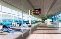 Uma vista do salão vazio do aeroporto moderno Fotos de Stock
