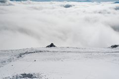 Uma vista do vale da borda de uma inclinação nevado imagem de stock royalty free