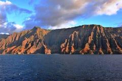 Uma vista do vale de Honopu de um cruzeiro a pouca distância do mar imagens de stock