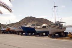 Uma vista dos barcos e dos barcos de pesca no porto da ilha de Patmos, Grécia Fotografia de Stock Royalty Free