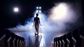 Uma vista dos lugares vazios a uma bailarina de salto video estoque