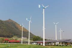 Uma vista dos painéis solares e da turbina eólica no campo Imagem de Stock Royalty Free
