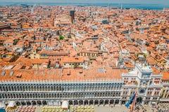 Uma vista dos telhados telhados vermelhos das casas e do palácio de Dodge na metade de San Marco em Veneza, Itália Imagens de Stock Royalty Free