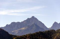 Uma vista espaçoso das montanhas dos cumes cobertas com as árvores coloridas em um dia ensolarado de outubro perto de Innsbruck,  fotos de stock