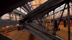 Uma vista geral de uma planta industrial grande da constru??o Vista da peça do ferro do guindaste de levantamento video estoque