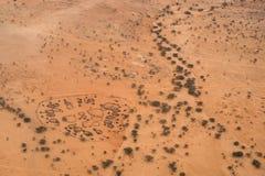 Uma vista invertido, aérea de uma vila circular tradicional da cabana imagem de stock royalty free