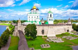 Uma vista larga de Pskov Krom, Rússia Fotos de Stock Royalty Free
