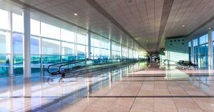 Uma vista larga do salão vazio do aeroporto moderno Fotografia de Stock