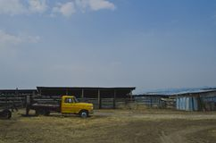 Uma vista lateral da vertente e do caminhão na exploração agrícola velha fotos de stock