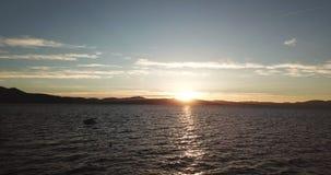 Uma vista maravilhosa do dron de Lake Tahoe durante o por do sol vídeos de arquivo