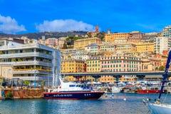 Uma vista na cidade e no porto velhos com o barco do carabinieri em Genoa, Itália fotos de stock royalty free