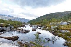 Uma vista no terreno montanhoso em Noruega fotografia de stock