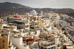 Uma vista panorâmica da cidade branca com telhados azuis imagens de stock